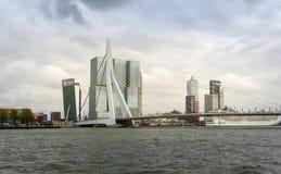 Rotterdam, Paesi Bassi - 9 maggio 2015: Erasmus Bridge con il grattacielo a Rotterdam immagini stock