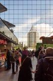 Rotterdam, Paesi Bassi - 9 maggio 2015: Visita Markthal (corridoio della gente del mercato) a Rotterdam immagini stock libere da diritti