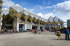 Rotterdam, Países Baixos - 9 de maio de 2015: Casas do cubo da visita do turista em Rotterdam Fotografia de Stock Royalty Free