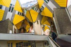 ROTTERDAM, PAYS-BAS - 23 AOÛT 2018 : Maisons et appartements cubiques jaunes à Rotterdam Les Pays-Bas photographie stock libre de droits