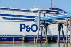 Rotterdam, Pays-Bas - 19 avril 2018 : P et O transportent en bac la préparation pour aller décortiquer photo libre de droits