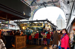 Rotterdam, Pays-Bas - 9 mai 2015 : Visite Markthal de personnes à Rotterdam Image stock