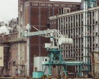 Rotterdam södra Holland/Nederländerna - mars 17 2018: Bearbeta med maskin kranen på bankerna av den Rijn hamnen arkivbilder