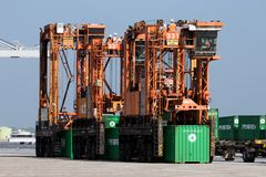 Straddle carrier shipping container Royalty Free Stock Photography