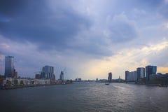 Rotterdam-Skyline mit Erasmus Bridge In The Background, wie von der alten Transport-Brücke gesehen lizenzfreie stockfotos