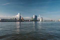 Rotterdam-Stadtstadtbildskyline mit ERASMUS-Brücke und -fluß Südholland, die Niederlande Stockfoto