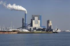 Rotterdam Stor hamnkran som lyfter en havsbehållare Arkivfoto