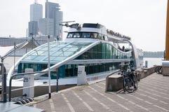 ROTTERDAM, Turystyczne łodzie na rzecznym Maas na 01 2015 w Rotterdam MAJU Holandie Obrazy Stock