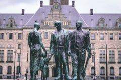 Rotterdam, Zuid-Holland/Nederland - 17 Maart 2018: ` Sterker deur strijd ` WOII gedenkteken en Stadhuis Royalty-vrije Stock Afbeelding