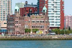 Rotterdams Kop skåpbil Zuid med Wilhelminapier och hotellet New York Arkivbilder