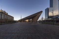 Rotterdan-Hauptbahnhof mit dem Licht des frühen Morgens Stockbilder