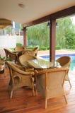 rottingen chairs tabellen Royaltyfri Foto