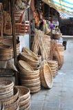 RottingkorgStall på Hoien en marknad, Vietnam. Arkivfoto