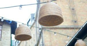 Rottinglampor och kulor som hänger på ett rep arkivfilmer