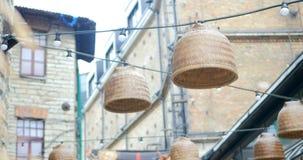 Rottinglampor och kulor som hänger på ett rep lager videofilmer