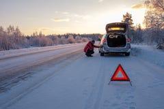 Rotto su una strada nevosa di inverno Fotografia Stock Libera da Diritti