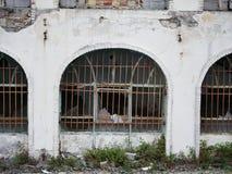 Rotto, vecchio e funzionamento giù che costruiscono nell'Iran fotografie stock libere da diritti