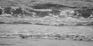 Rottura approssimativa delle onde fotografia stock