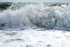 Rottura bianca dell'onda, schiantantesi sulla riva fotografia stock
