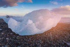 Rottura del ghiaccio naturale sulla spiaggia nera della roccia, Islanda Immagine Stock