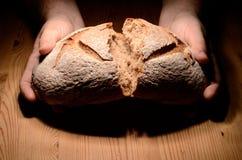 Rottura del pane fotografie stock libere da diritti