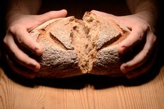 Rottura del pane fotografie stock