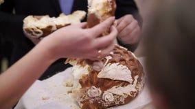 Rottura del pane di nozze stock footage