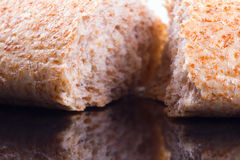 Rottura del pane su un fondo del vetro scuro fotografie stock