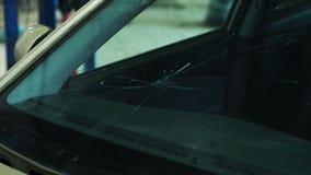Rottura del vetro dell'automobile con un martello archivi video
