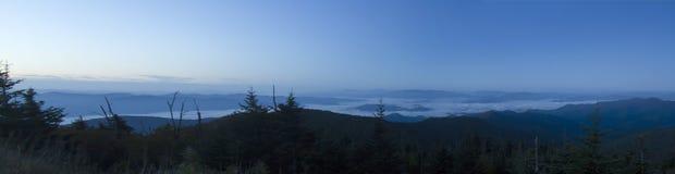 Rottura dell'alba sopra le montagne fumose Fotografia Stock