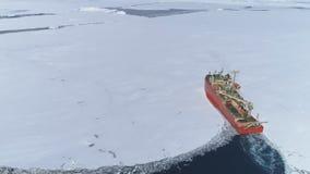 Rottura della nave del rompighiaccio dell'Antartide attraverso ghiaccio stock footage