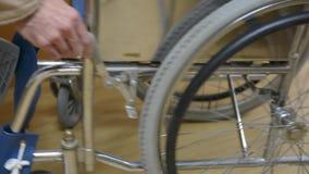Rottura della sedia a rotelle stock footage