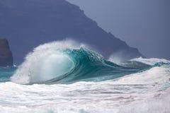 Rottura della spuma dell'oceano su litorale Fotografia Stock