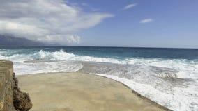 Rottura delle onde del mare sul pilastro di pietra video d archivio