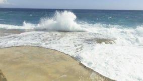 Rottura delle onde del mare sul pilastro di pietra Movimento lento video d archivio