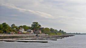 Rottura delle onde del mare sulla località di soggiorno Zelenogradsk dei frangiflutti video d archivio