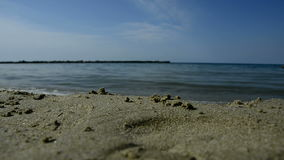 Rottura delle onde del mare sulla spiaggia stock footage