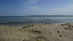 Rottura delle onde del mare sulla spiaggia video d archivio