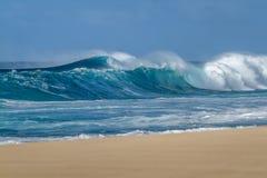 Rottura delle onde di oceano su una spiaggia sabbiosa hawaiana immagine stock