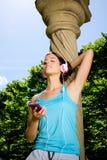 Rottura di allenamento della donna di forma fisica con musica dello smartphone Fotografie Stock