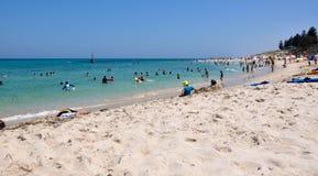 Rottura di estate: Spiaggia di Cottesloe, Australia occidentale Immagine Stock