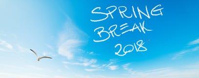 Rottura di primavera 2018 scritta nel cielo immagine stock libera da diritti