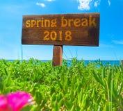 Rottura di primavera 2018 scritta su un segno di legno immagine stock libera da diritti