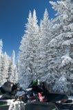 Rottura di Snowmobiler il giorno soleggiato Fotografie Stock Libere da Diritti