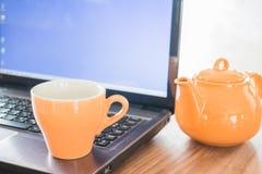 Rottura di tempo del tè sulla tavola di lavoro Fotografia Stock Libera da Diritti