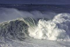Rottura enorme dell'onda Immagine Stock