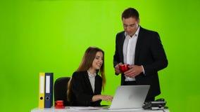 Rottura per pranzo all'ufficio Una tazza di caffè stock footage
