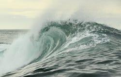 Rottura potente dell'onda di oceano Wave sulla superficie dell'oceano Frangiflutti su una banca bassa fotografia stock libera da diritti