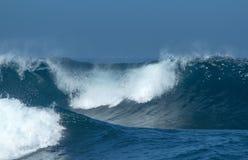 Rottura potente delle onde di oceano fotografia stock