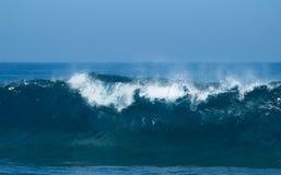 Rottura potente delle onde di oceano fotografia stock libera da diritti